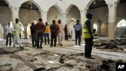 Les services de sécurité déployés dans une mosquée après une explosion à Kano, Nigeria, 29 novembre 2014.