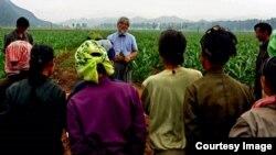 '한민족 고구마 나눔 운동본부' 대표 박형서 선교사가 북한 주민들에게 고구마 재배법 전수를 설명하고 있다. 한민족 고구마 나눔 운동본부 사진 제공.