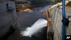 រូបថតកាលពីថ្ងៃទី២៤ខែតុលាឆ្នាំ២០១០នេះ បង្ហាញឲ្យឃើញការបើកបង្ហូរទឹកនៅទំនប់វារីអគ្គិសនី Nam Theun 2 dam កាត់ទន្លេ Nam Theun នៅភាគកណ្តាលប្រទេសឡាវ។ នៅមួយខែមុននេះ កាលពីថ្ងៃទី២២ខែកញ្ញាឆ្នាំ២០១០ ប្រទេសឡាវបានដាក់សំណើផ្លូវ