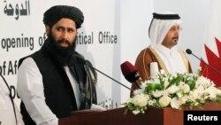 무하마드 나임이 탈레반 대변인(왼쪽)이 지난 18일 평화회담 개최와 관련해 카타르 도하 기자회견을 가지고 있다.