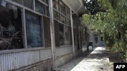 Pogled na prozore sedišta gradonačelnika Kandahara, oštećene u napadu bombaša samoubice