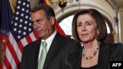 Chủ tịch Hạ viện Dân biểu John Boehner (trái) và lãnh đạo khối thiểu số Hạ viện Dân biểu Nancy Pelosi