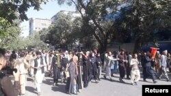 مظاهره کوونکي د نوي کابل بانک مخې ته راټول شوي وو