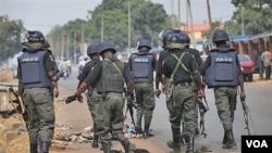 Polisi Nigeria melakukan patroli di luar kantor pengadilan kota Kaduna, yang tengah mengadili para tersangka penyulut kerusuhan (21/4).