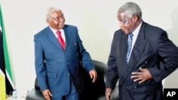 Armando Guebuza, à esquerda, e Afonso Dhlakama durante um encontro de Nampula