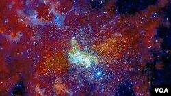 Tim astronomi Inggris di Universitas Leicester menganalisa semburan cahaya-cahaya yang muncul dari Lubang Hitam di pusat galaksi Bima Sakti. Data-data ini diperoleh dari Observatorium X-ray Chandra milik Badan Antariksa Amerika (NASA).