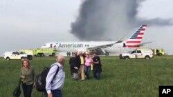Indege y'Ishirahamwe American Airlines yahiriye ku kibuga c'indege ca Chicago, muri Amerika