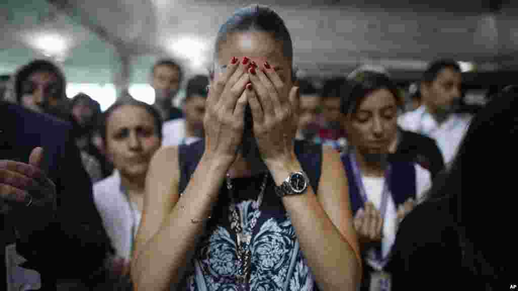 Réactions d'une femme lors du cérémonie à l'aéroport Ataturk à Istanbul, le 30 juin 2016.