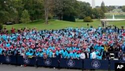 Сторонники Дональда Трампа собралась на Южной лужайке, чтобы послушать выступление президента 10 октября 2020 г.
