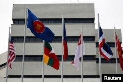 Bendera terlihat di luar gedung sekretariat Perhimpunan Bangsa-Bangsa Asia Tenggara (ASEAN), menjelang pertemuan para pemimpin ASEAN di Jakarta, 23 April 2021. (Foto: REUTERS/Willy Kurniawan)