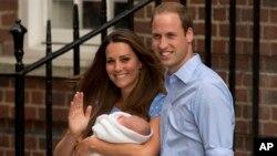 Pangeran William dan istrinya Kate, Duchess of Cambridge yang menggendong Pangeran George (23/7) sehari setelah dilahirkan. (AP/Matt Dunham)