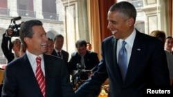 Los presidentes Barack Obama y Enrique Peña Nieto ríen en el Palacio Nacional de México, donde se reunieron el jueves en el primer día de la visita del mandatario estadounidense a este país.