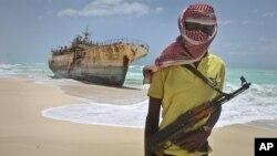 지난 2012년 소말리아 해적이 피랍한 타이완 고기잡이 어선 앞에 서 있다. (자료사진)
