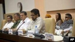 Ivan Márquez, al centro en la foto junto a la delegación de las FARC en las negociaciones de paz en La Habana, donde dijeron que no volverían a secuestrar.