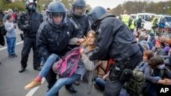 Polisi Jerman menangkap seorang perempuan dalam protes pembatasan COVID-19 di Berlin, Rabu (21/4).