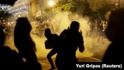 مناپولیس میں ایک سیاہ فام کی ہلاکت کے خلاف مظاہرہ کرنے والوں کو منتشر کرنے کے لیے واشنگٹن میں پولیس آنسو گیس استعمال کر رہی ہے۔ 31 مئی 2020