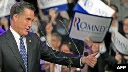 Cựu Thống đốc bang Massachusetts Mitt Romney chào đón những người ủng hộ tại Manchester, New Hampshire, 10/1/2012