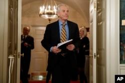白宫贸易顾问彼得·纳瓦罗2018年3月22日抵达白宫外交接待室,川普总统将宣布关于中国的关税和投资限制。