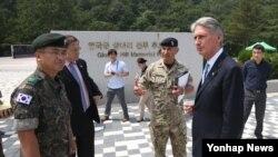 햔국을 방문한 필립 해먼드 영국 외교장관(오른쪽)이 11일 경기도 파주시 영국군전적비를 찾아 시설을 둘러보고 있다.