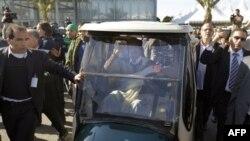 Муаммар Каддафи часто передвигался на электромобиле в окружении охранников. Триполи. 2 марта 2011 г.