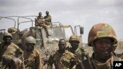 Dalam foto yang dirilis tim pemberitaan gabungan Uni Afrika-PBB ini, nampak tentara Kenya tengah memasuki kota pelabuhan Kismayo, Somalia (1/10).