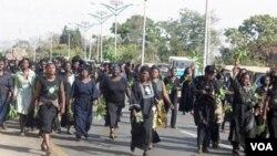 Ratusan wanita berbaris di jalanan sebagai unjuk rasa pembunuhan terhadap wanita dan anak-anak di kota Jos. (foto: dok)