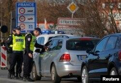 """Tổng thống Pháp cho biết muốn mau chóng thực thi những """"biện pháp kiểm soát phối hợp và có hệ thống"""" về biên giới trong và ngoài Liên hiệp châu Âu."""