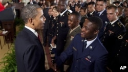 Президент Обама поздравляет военнослужащих, получивших американское гражданство. Белый дом. 4 июля 2012 г.