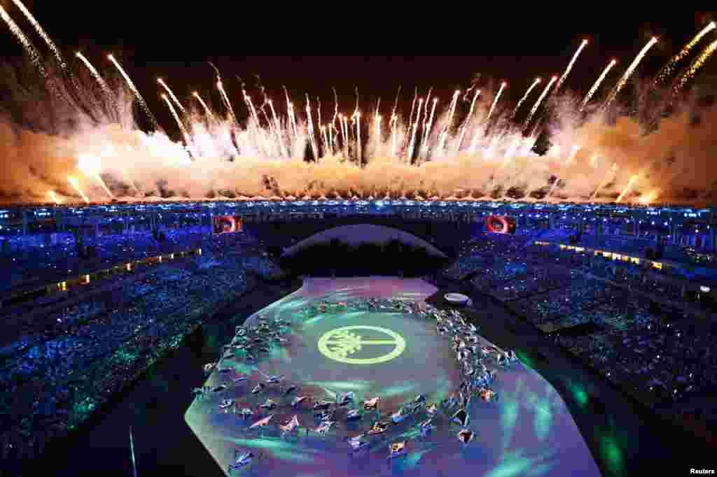 Des feux d'artifice explosent dans le ciel de Rio de Janeiro lors de la cérémonie d'ouverture des Jeux olympiques, le 5 août 2016.