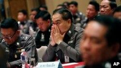 Thái Lan đã thuyên chuyển hơn 50 cảnh sát viên ra khỏi vùng nơi phát hiện các nấm mồ.