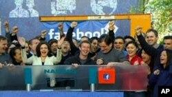 Mark Zuckerberg, người sáng lập Facebook rung chuông mở cửa phiên giao dịch thị trường chứng khoán NASDAQ hôm 18/5/12, từ trụ sở ở Menlo Park, tiểu bang California