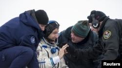 美國宇航員霍普金斯(中)在著陸後