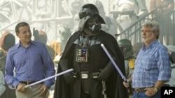 El presidente y CEO de Disney, Bob Iger, izquierda, y el creador de Star Wars, George Lucas, juegan con el personaje de Darth Vader. Disney compró los estudios LucasFilm.
