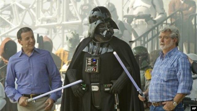 Giám đốc điều hành Walt Disney Bob Iger (trái) và Ðạo diễn George Lucas (phải) bên cạnh nhân vật Darth Vader trong phim Star Wars