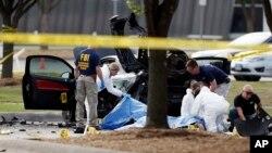 ماموران پلیس فدرال آمریکا (اف بی آی) در حال بررسی جنازه مهاجمان و محل تیراندازی در اطراف نمایشگاه کاریکاتور گارلند در حومه دالاس