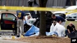 Investigadores del FBI revisan el área alrededor del sitio donde quedaron los cadáveres de los dos atacantes, en las afueras del Curtis Culwell Center en Garland, Texas.