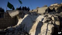Des Palestiniens inspectent une maison démolie par l'armée israélienne, à Silwad, près de Ramallah, 14 nov. 2015. (AP Photo/Majdi Mohammed)