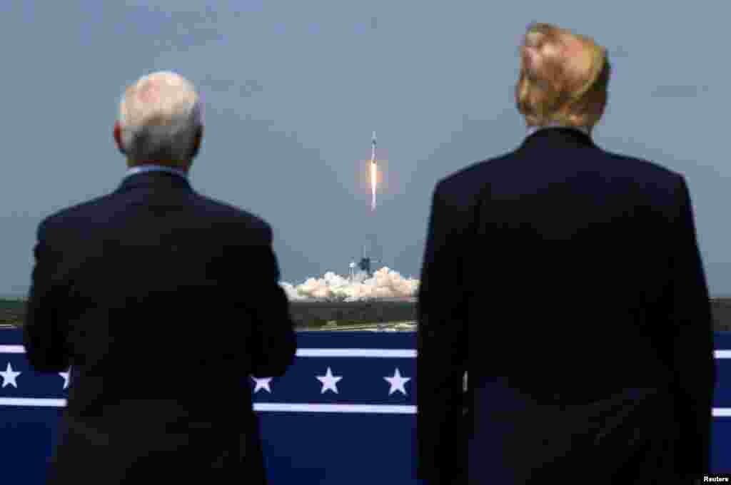 30 мая 2020  Президент США Дональд Трамп и вице-президент Майк Пенс наблюдают за запуском ракеты Falcon 9, на борту которой – два американских астронавта, отправившиеся на МКС. Полет стал первым пилотируемым запуском, произведенным частной компанией, и первым американским пилотируемым полетом с 2011 года.  В период президентства Трампа с американской территории были совершены множество полетов ракет, как принадлежащих НАСА, так и частным компаниям (в частности, SpaceX).  Покорение космоса стало одним из самых амбициозных направлений политики Дональда Трампа. В 2019 году он создал новый вид войск – Космические силы и поручил главе НАСА Джиму Брайденстайну начать работу над программой «Артемида», цель которой – возвращение американских астронавтов на Луну, а впоследствии – отправка пилотируемых миссий на Марс.
