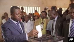 Le président togolais Faure Gnassingbe lors des élections législatives à Lome, Togo 25 juillet 2013.