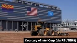 2021年9 月 23 日在美国亚利桑那州钱德勒的未来英特尔公司芯片工厂现场的建筑设备。图片拍摄于 2021 年 9 月 23 日。由英特尔公司提供/通过路透社讲义提供。