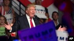 미국 공화당의 도널드 트럼프 대선후보가 19일 플로리다주 포트마이어스 선거유세에서 연설하고 있다.