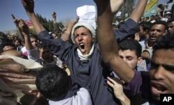 2月18日也门抗议者高呼反政府口号