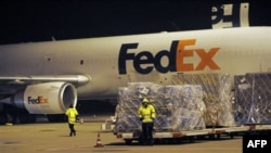 1 máy bay chở hàng tại trung tâm phân phối của FedEx ở sân bay vận chuyển hàng hóa quốc tế tại Cologne, Đức, 1/11/2010