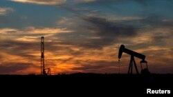 Fasilitas pemboran minyak di Sweetwater, negara bagian Texas (foto: dok). Persediaan minyak naik karena perusahaan Amerika mempergunakan teknologi 'fracking' untuk meningkatkan produksi.