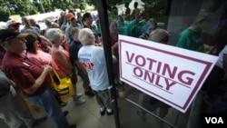 Republicanos hacen fila en Ames, Iowa, para votar por su aspirante presidencial preferido.