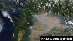 Les incendies dans l'Ouest des Etats-Unis dégagent une fumée que l'on peut voir de l'espace (NASA)