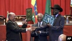 지난해 9월 에티오피아 수도 아디스 아바바에서 회담한 오마르 알 바시르 수단 대통령(왼쪽)과 살바 키이르 남수단 대통령(오른쪽).