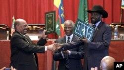苏丹总统巴希尔与南苏丹总统基尔在协议签署仪式后握手
