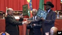 Presidente Omar al-Bashir do Sudão, a esquerda, e Presidente Salva Kiir,do Sudão do Sul, a direita, num aperto de mãos após a conclusão de uma série de acordos bilaterais em finais de Setembro de 2012