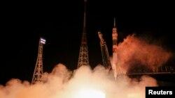 미국, 이탈리아, 러시아 출신 우주인 3명을 태운 소유즈 TMA-15M 우주선이 24일 바이코누르 우주 기지에서 발사되고 있다.